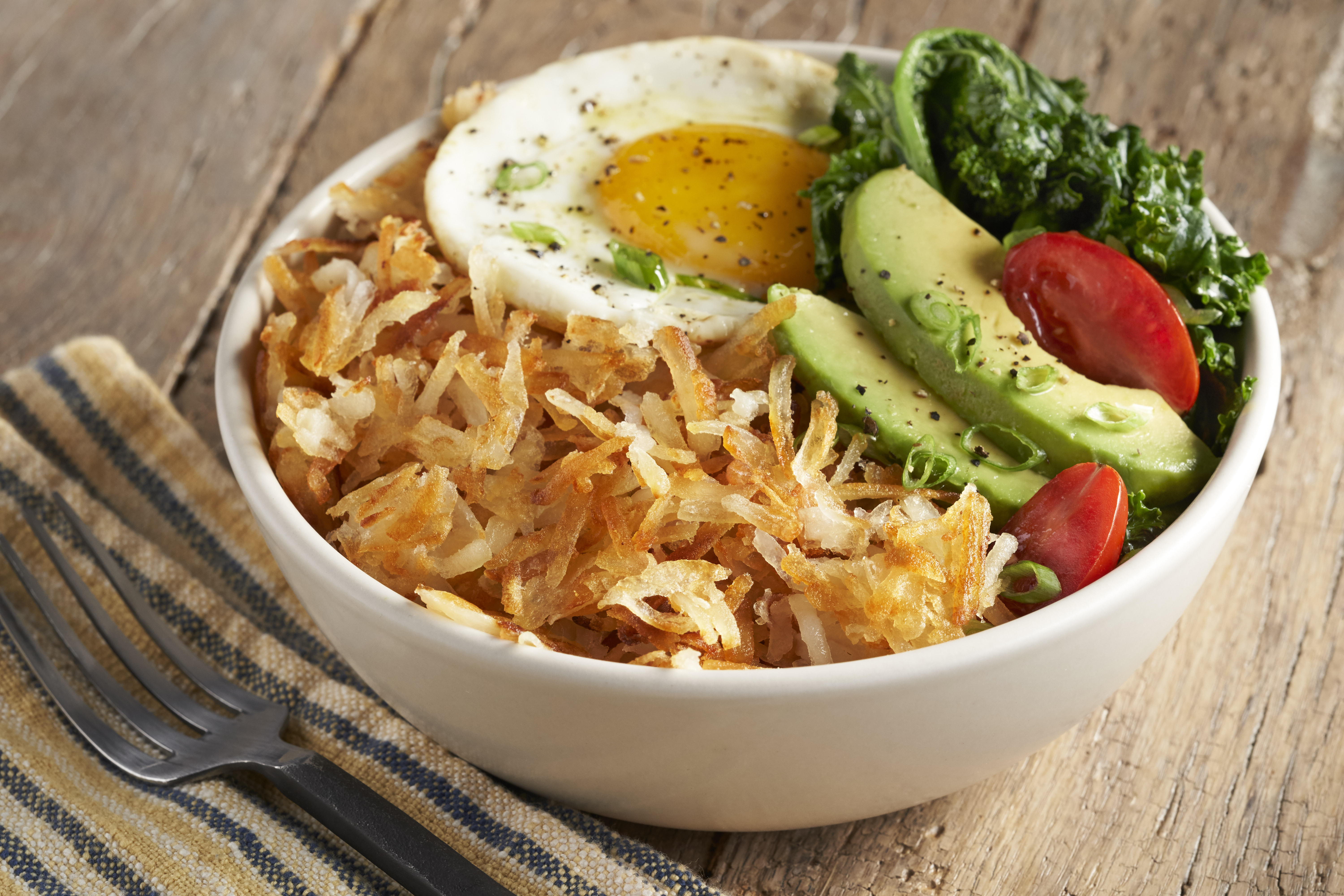 S93 LW PRIVATE RESERVE THIN IQF HASH BROWNS IN BOWL WITH EGG, AVOCADO, VEGGIES, VEGETABLES